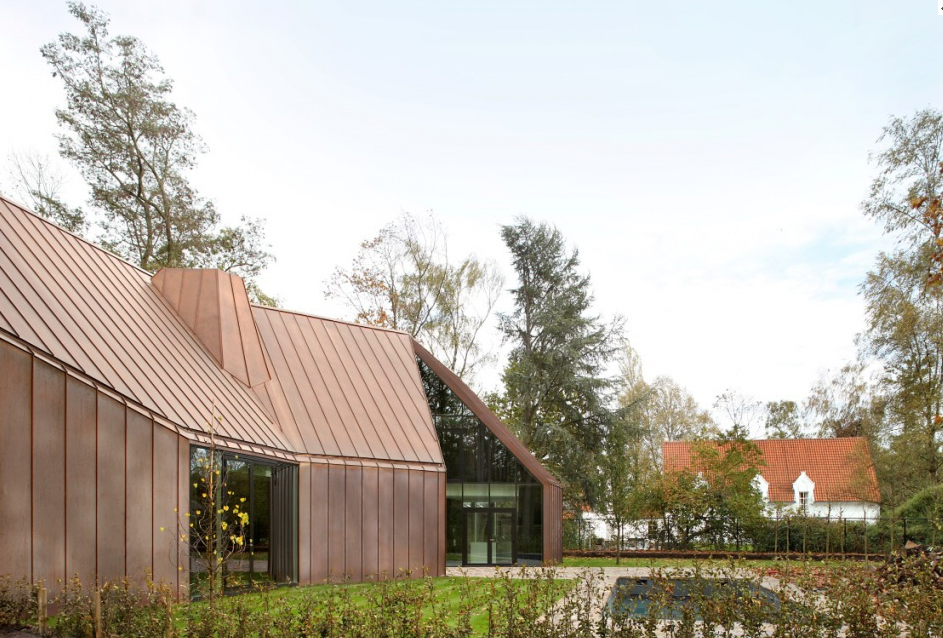 The copper cladding lends this Belgium home a timeless elegance.