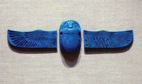 Scarab with separate wings, faience, glazed, Egypt, c. 712–342 BCE; in the Brooklyn Museum, New York. Scarab 1.8 × 4.2 × 6.3 cm., wing 3.4 × 9.6 cm. Photograph by Katie Chao. Brooklyn Museum, New York, Charles Edwin Wilbour Fund, 49.28a-c